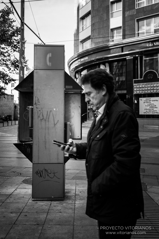 Vitoriano mirando el móvil - Foto: Bea Cañas
