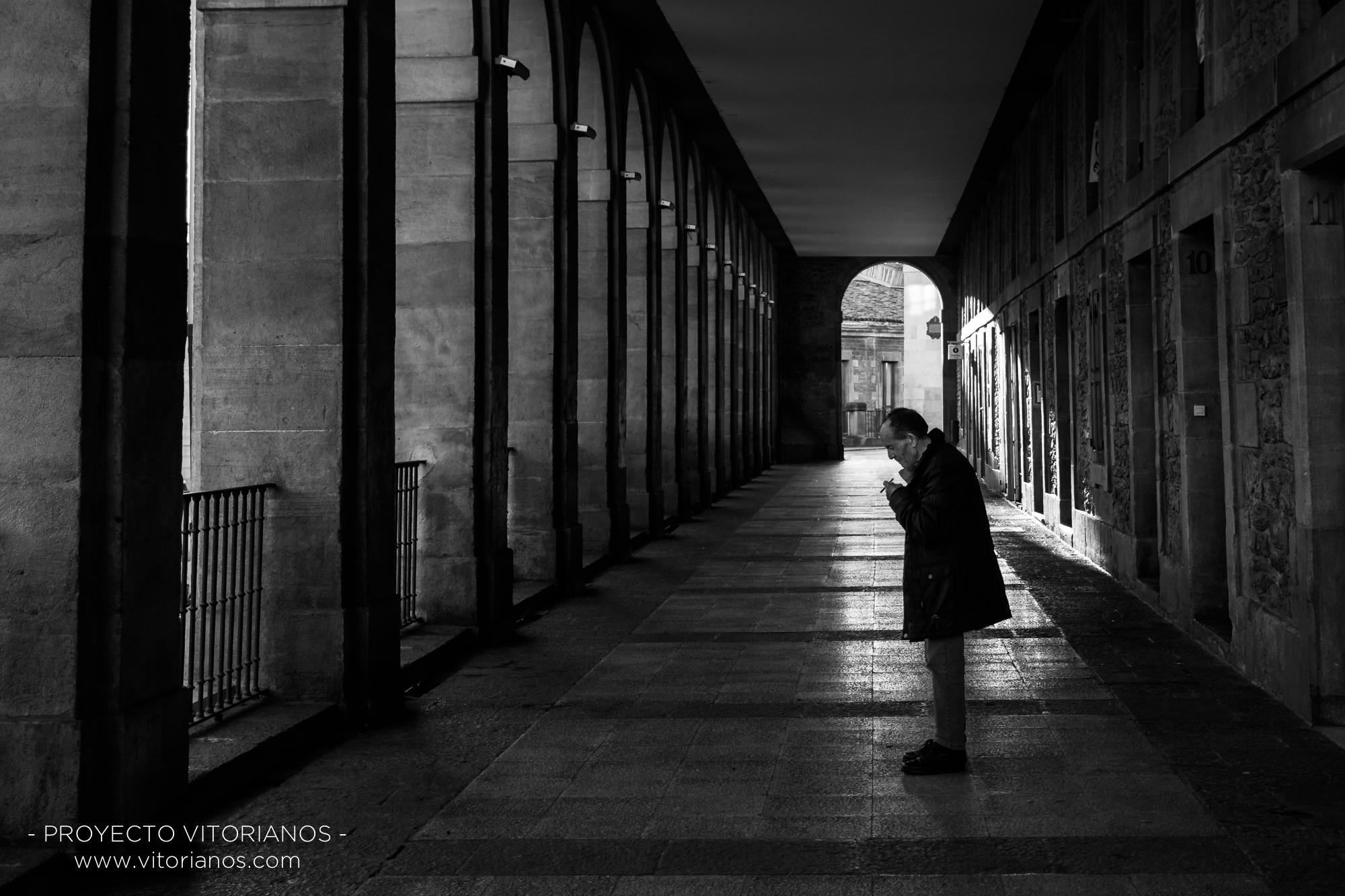 Vitoriano fumador en Los Arquillos - Foto: Marta Parra