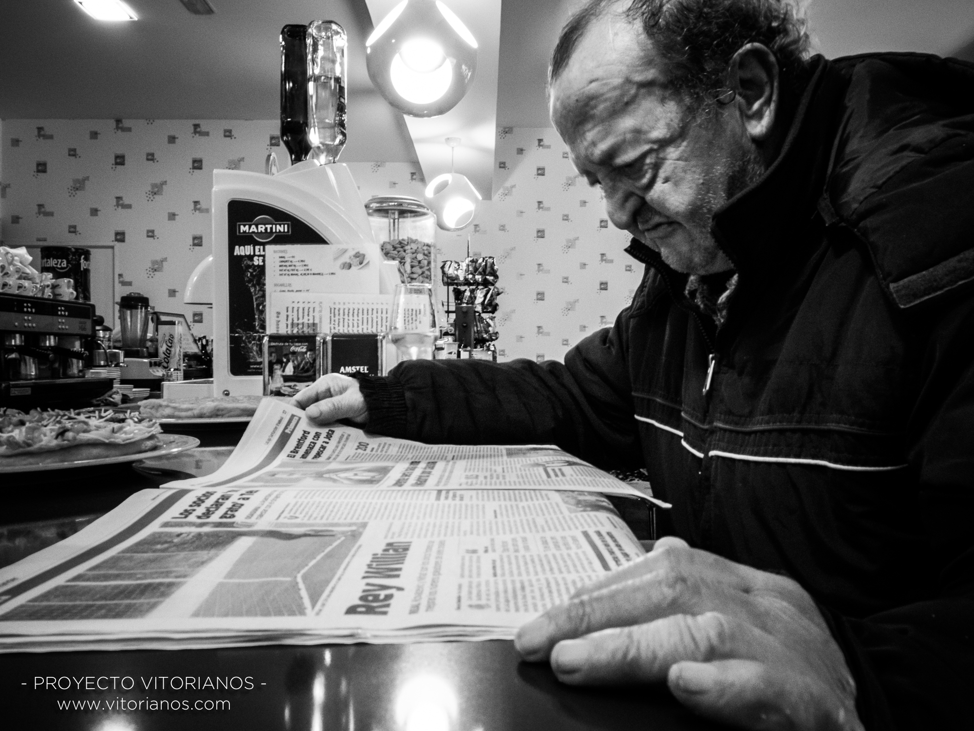 Vitoriano leyendo el periódico - Foto: Sandra Sastre