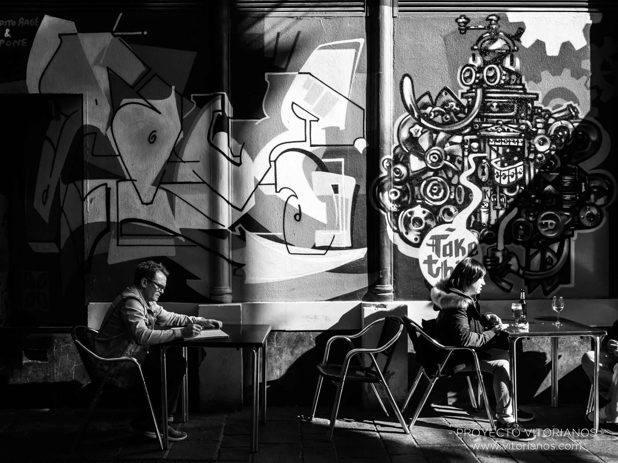 Vitoriano escribiendo en una terraza - Foto: Sandra Sastre