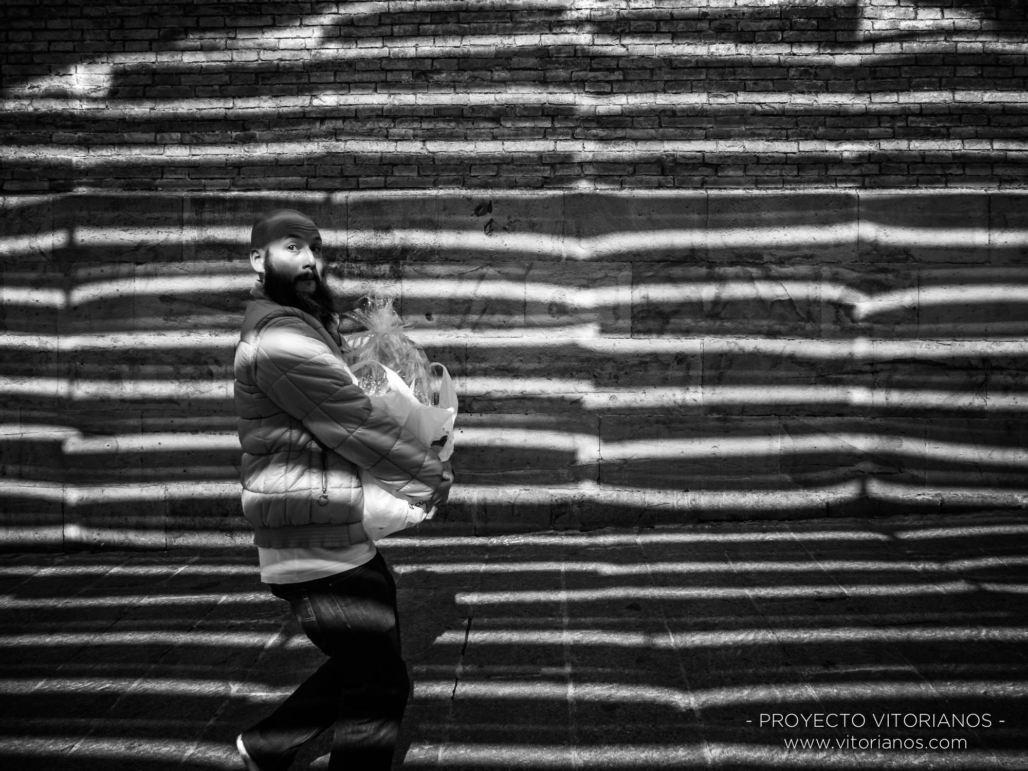 Vitoriano con la compra - Foto: Sandra Sastre