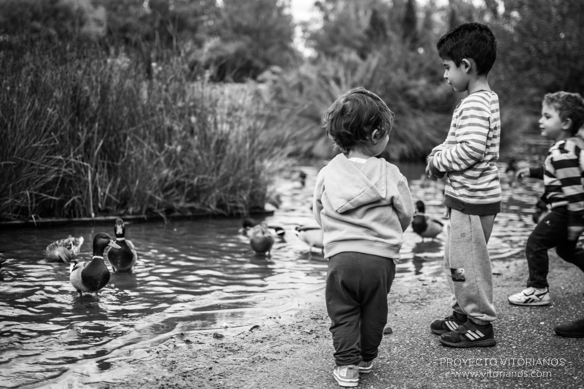 Dando pan a los patos en el Parque de Arriaga - Foto: Patri Blanco