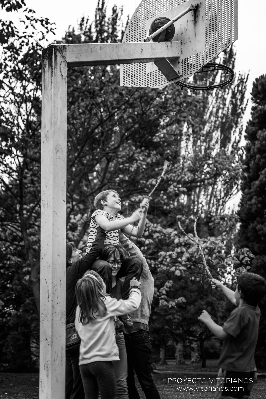 Rescatando una pelota, en el Parque de Arriaga - Foto: Patri Blanco