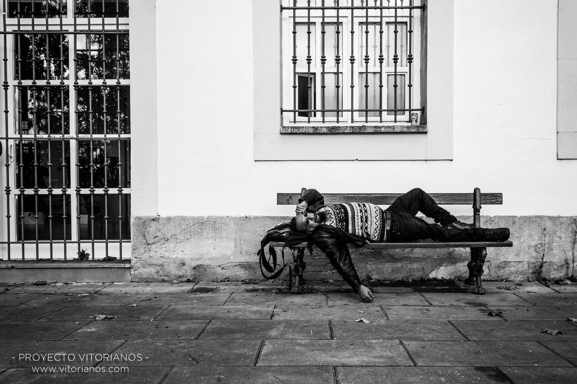 Vitoriano en un banco - Foto: Bea Cañas