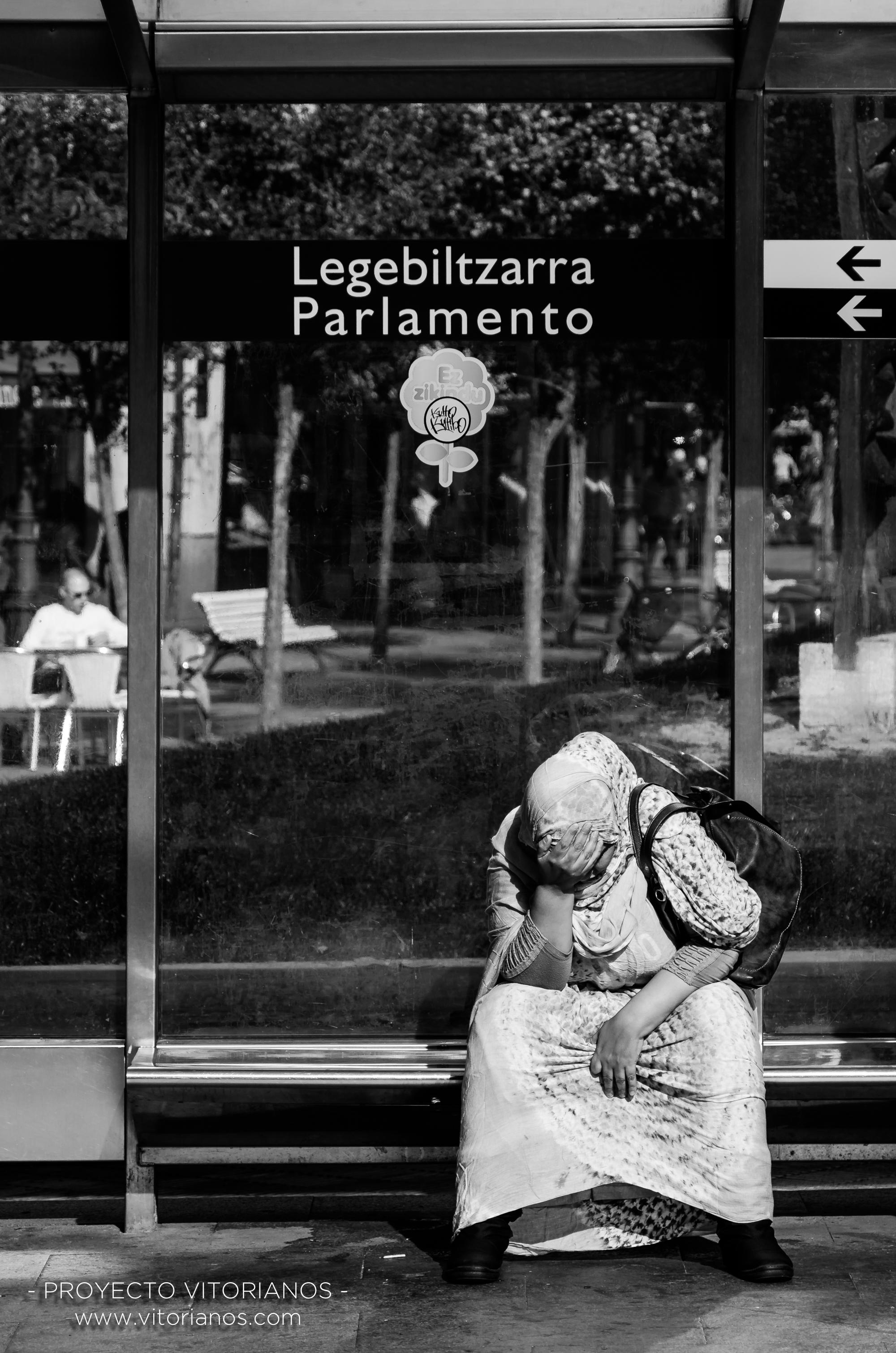 Vitoriana esperando el tranvía - Foto: José Luis Zúñiga