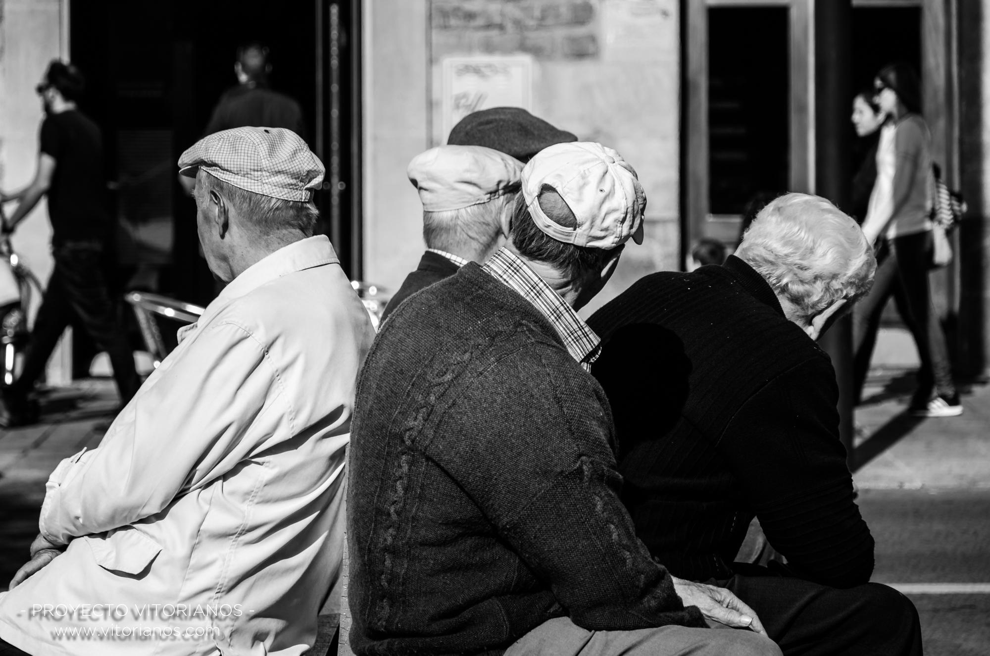 Vitorianos en un banco - Foto: José Luis Zúñiga