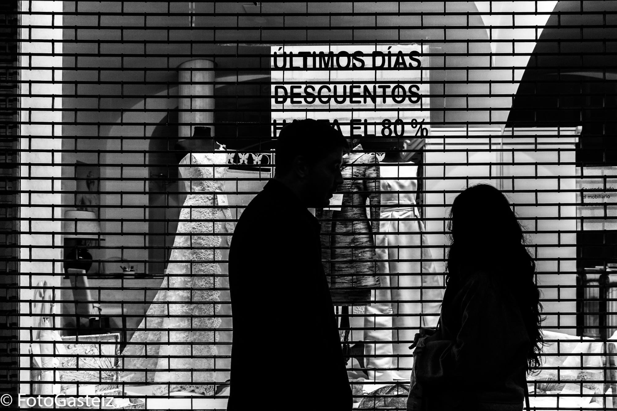 Vitorianos ante un escaparate - Foto: Geno Montoya