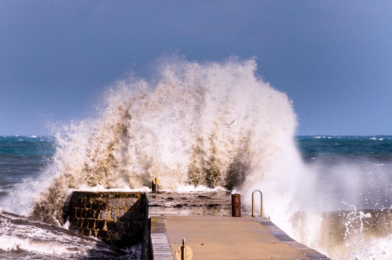 Mueren dos vitorianos arrastrados por una ola mientras fotografiaban el temporal en Deba